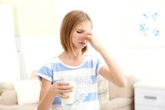Flickan med mjölkar allergi hemma royaltyfria foton