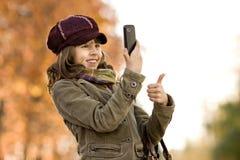 Flickan med mobil ringer Royaltyfria Bilder