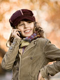 Flickan med mobil ringer Royaltyfri Bild
