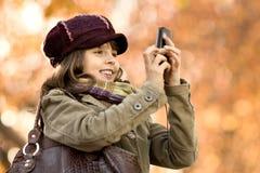 Flickan med mobil ringer Arkivfoton