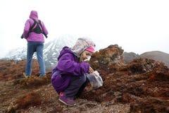 Flickan med modern och behandla som ett barn brodern på Mount Etna fotografering för bildbyråer