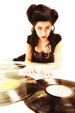 Flickan med phonographyanalog antecknar musikvännen Royaltyfri Foto
