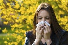 Flickan med polen allergi royaltyfri fotografi