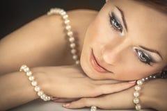 Flickan med pärlor Royaltyfri Bild