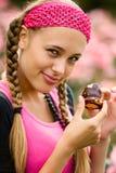 Flickan med råttsvansar gillar sötsaker Arkivfoton