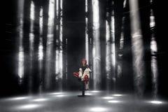 Flickan med rött hår i strålkastarna på nattklubben royaltyfri fotografi
