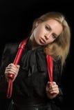 Flickan med rött läder piskar Royaltyfri Bild