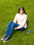 Flickan med ringer Royaltyfri Bild
