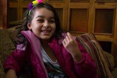 Flickan med rosa färger klår upp i en soffa 2 Royaltyfria Foton