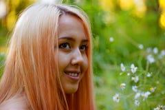 Flickan med rosa hår går i parkera Arkivfoto