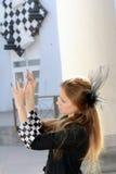 Flickan med schacket spikar Royaltyfri Foto