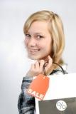 Flickan med shopping hänger lös Royaltyfri Fotografi