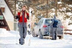 Flickan med skidar på berget Arkivfoto