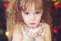 Flickan med snö Fotografering för Bildbyråer