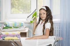 Flickan med stryker Royaltyfri Fotografi