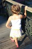 Flickan med trevligt hår-gör stå bredvid räcket royaltyfria bilder