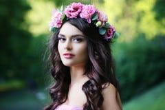Flickan med våren blommar utomhus- arkivfoto