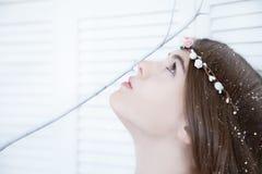 Flickan med vit unlive filialen Arkivfoto