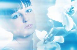 Flickan med vita orkidéblommor på slösar abstrakt bakgrund Arkivfoton