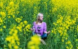 Flickan mediterar i ett gräs Royaltyfri Bild