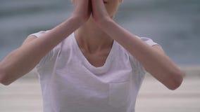 Flickan mediterar tätt upp lager videofilmer