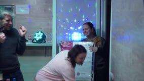 Flickan mottar en gåva stock video