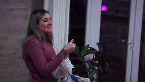 Flickan mottar en gåva lager videofilmer