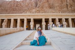 Flickan nära den forntida templet i Luxor, Egypten Arkivfoto