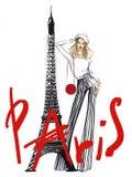 Flickan nära Eiffeltorn arkivfoton