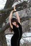 Flickan nära ett träd Fotografering för Bildbyråer
