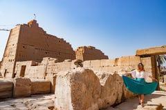 Flickan nära fördärvar i luxor, Egypten Royaltyfri Fotografi