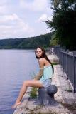 Flickan nära floden. Arkivfoton
