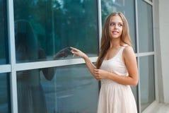 Flickan nära shoppafönstret Royaltyfria Foton