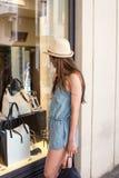 Flickan nära shoppar fönstret Royaltyfria Foton