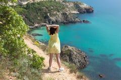 Flickan observerar härlig seascape arkivbilder