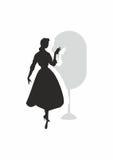 Flickan och avspeglar arkivbilder