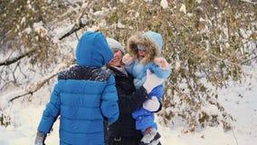 Flickan och barnet som kastar snö över honom och, tycker om den i vintern parkerar lager videofilmer