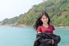 Flickan och bergbakgrunden royaltyfri bild
