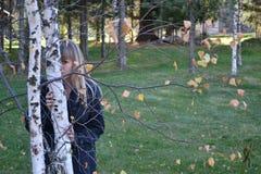 Flickan och björken Fotografering för Bildbyråer