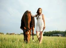 Flickan och hästen Royaltyfri Foto