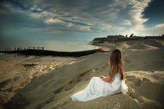 Flickan och havet. Arkivfoto