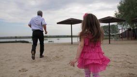 Flickan och hennes farfar kör tillbaka till floden Flickan försöker att fånga hennes farfar 4K l?ngsam mo stock video