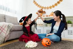 Flickan och hennes moder firar henne erhåller royaltyfria foton