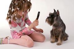 Flickan och hunden Royaltyfri Bild