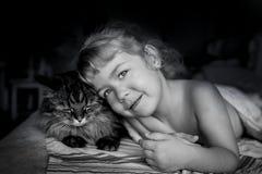 Flickan och katten ömsesidig understanding inget kaffe vaknar upp i morgonen royaltyfri fotografi