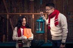 Flickan och pojken ser i påse med julgåvor Royaltyfria Bilder