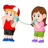 Flickan och pojken som experimenterar samtal på ett bundit tenn, på burk telefonen royaltyfri illustrationer