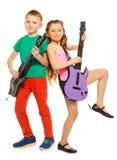 Flickan och pojken vaggar att spela på electro gitarrer Royaltyfria Foton