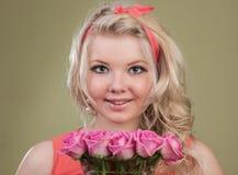 Flickan och rosorna royaltyfri foto