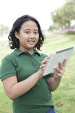 Flickan och tableten räcker in Royaltyfria Bilder